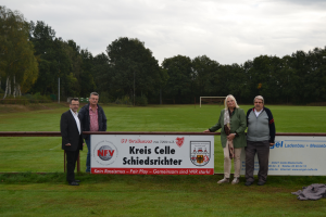 von links: Kreisschiedsrichterobmann Michael Frede, 2. Vorsitzender des SV Großmoor Klaus Tremmel, Bürgermeisterin der Gemeinde Adelheidsdorf Susanne Führer und Ehrenmitglied des SV Großmoor Siegfried Skerra